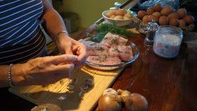 在橡皮防水布的比萨店, bequia的厨师打碎大蒜 影视素材