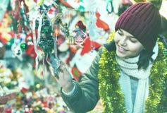 在欢乐市场的十几岁的女孩购物在Xmas前 库存照片