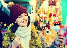在欢乐市场的十几岁的女孩购物在Xmas前 库存图片