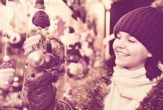 在欢乐市场的十几岁的女孩购物在Xmas前 图库摄影