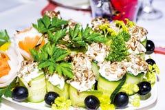 在欢乐桌上的冷的开胃菜 库存照片