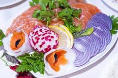 在欢乐桌上的冷的开胃菜 免版税库存照片