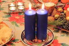 在欢乐桌上的圣诞节蜡烛 免版税库存照片