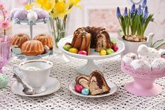 在欢乐桌上的复活节传统蛋糕 免版税库存图片