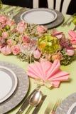 在欢乐桌上的桃红色餐巾 库存照片