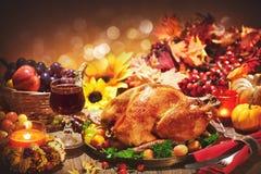 在欢乐桌上的烤整个火鸡为感恩天 库存照片