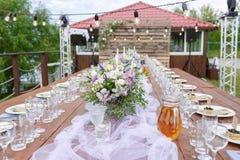 在欢乐桌设置的玻璃 婚礼桌装饰概念 在经典样式, setout的表设置 艺术 免版税图库摄影