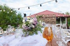 在欢乐桌设置的玻璃 婚礼桌装饰概念 在经典样式, setout的表设置 艺术 库存照片