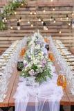 在欢乐桌设置的玻璃 婚礼桌装饰概念 在经典样式, setout的表设置 艺术 图库摄影