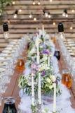 在欢乐桌设置的玻璃 婚礼桌装饰概念 在经典样式, setout的表设置 艺术 免版税库存照片