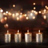 在欢乐背景前面的银色蜡烛 免版税库存图片