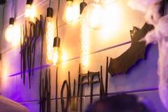 在欢乐装饰的题字`愉快的万圣夜` 库存图片