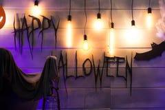 在欢乐装饰的题字`愉快的万圣夜` 免版税库存照片