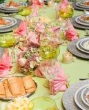 在欢乐饭桌上的海鲜 免版税库存照片