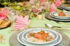 在欢乐饭桌上的熏制鲑鱼起始者 免版税库存图片