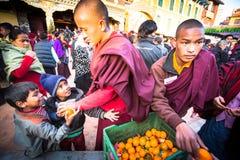 在欢乐Puja H.H. Drubwang帕德马罗布仁波切的再生的期间,未认出的西藏和尚临近stupa Boudhanath, 2013年12月15日在Khatmandu,尼泊尔 H Drubwang帕德马罗布仁波切的reincarnati 库存图片