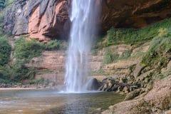 在欢欣庭院,圣克鲁斯,玻利维亚的瀑布 库存图片
