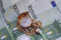 在欧元的减速火箭的金黄怀表 库存照片