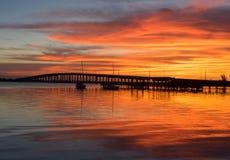 在欧加利堤道桥梁的日出在墨尔本佛罗里达附近 免版税库存照片