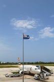 在欧文・罗伯茨国际机场的开曼航空公司波音737大开曼的 免版税图库摄影
