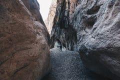 在欧洲供以人员远足insdide最深的峡谷-活动和 免版税库存照片