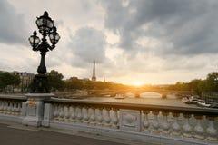 在欧洲城市,艾菲尔铁塔浇灌公共汽车,一条河在背景中 图库摄影