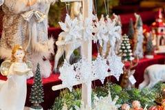 在欧洲市场上的圣诞节装饰 库存图片