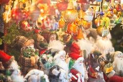 在欧洲市场上的圣诞节装饰 库存照片