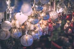 在欧洲市场上的圣诞节装饰 图库摄影