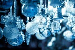 在欧洲市场上的圣诞节装饰 免版税库存图片