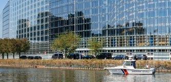 在欧洲议会门面附近的宪兵小船在期间 库存图片
