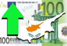 在欧洲金钱背景和绿色箭头的塞浦路斯地图 库存照片