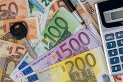 在欧洲钞票上的计算器 免版税库存照片