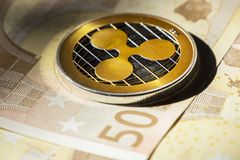 在欧洲钞票的Cryptocurrency硬币;波纹硬币 免版税库存图片