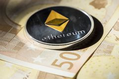 在欧洲钞票的Cryptocurrency硬币;Ethereum硬币 免版税库存照片