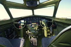 在欧洲飞行的B-17G WW II轰炸机 免版税库存图片
