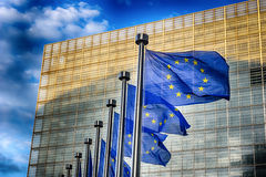 在欧盟执委会大厦前面的欧盟旗子 库存照片