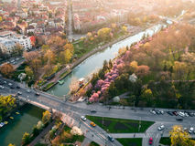 在欧洲城市的日落光sprin的 免版税库存照片