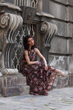 在欧洲城市的街道上的典雅的深色的妇女 库存图片