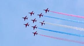 在欧洲战斗机形成的红色箭头 图库摄影
