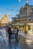 在欧洲正方形的冬天风景在周日下午 免版税库存图片