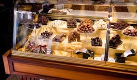 在欧洲糖果店的手工制造巧克力陈列橱,选择聚焦 免版税库存图片