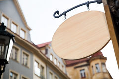 在欧洲街道上的空的木牌 结构上大厦详细资料屋顶 库存照片