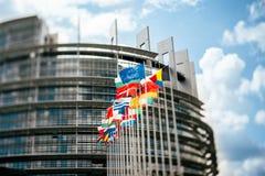 在欧洲议会前面的旗子 库存照片