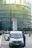 在欧洲议会前面的警察在官员期间v 免版税库存照片