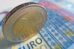 2在欧洲钞票细节的欧元硬币 免版税库存图片