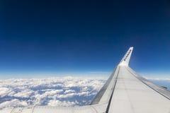 在欧洲阿尔卑斯的波音737-8AS瑞安航空公司飞行 免版税库存照片
