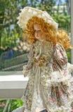 在欧洲风格的衣裳的古色古香的妇女玩偶 图库摄影