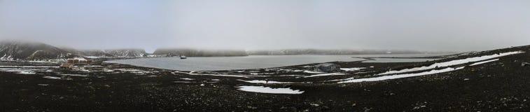 在欺骗岛在一有薄雾的天,南极洲的全景 免版税库存照片