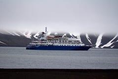 在欺骗岛,南极洲的游轮 免版税库存图片